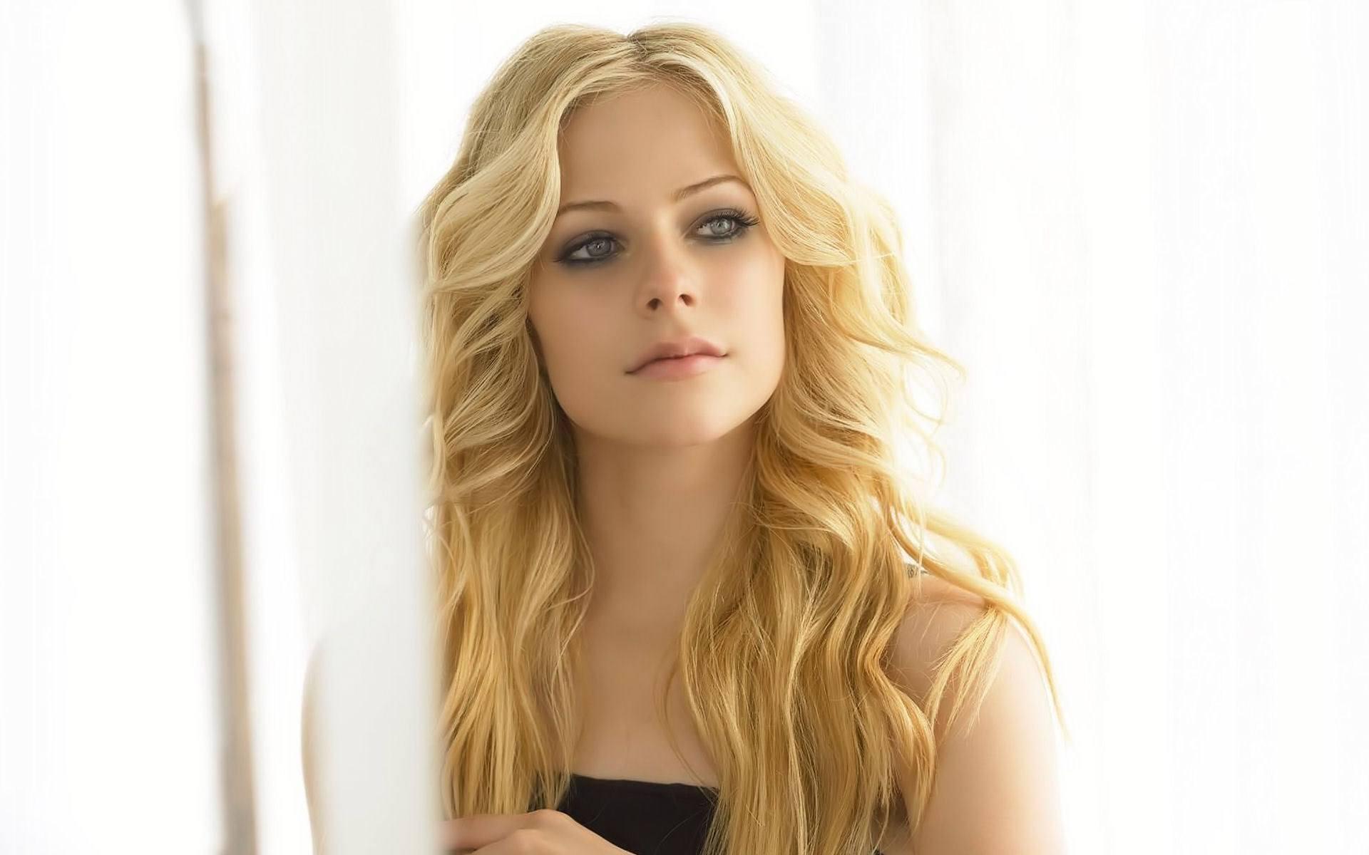 """La chanteuse canadienne Avril Lavigne revient sur le devant de la scène avec un clip """"fly"""" à but caritatif"""