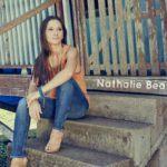 l'artiste Nathalie Beaton posant pour la réalisation de son nouvel EP participatif