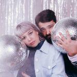 Portrait avec des boules de lumières du duo Part-Time Friends